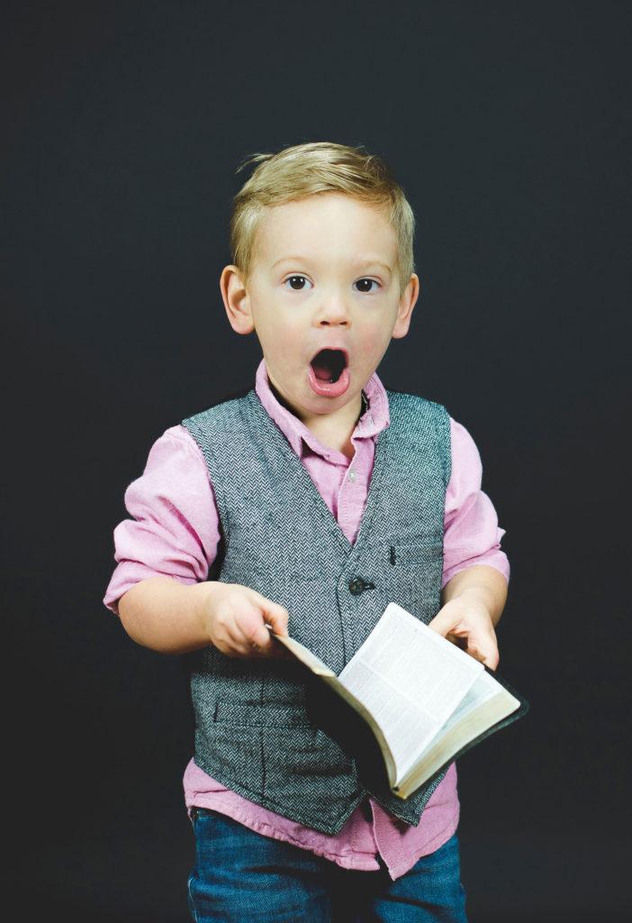 Enfant écolier surpris