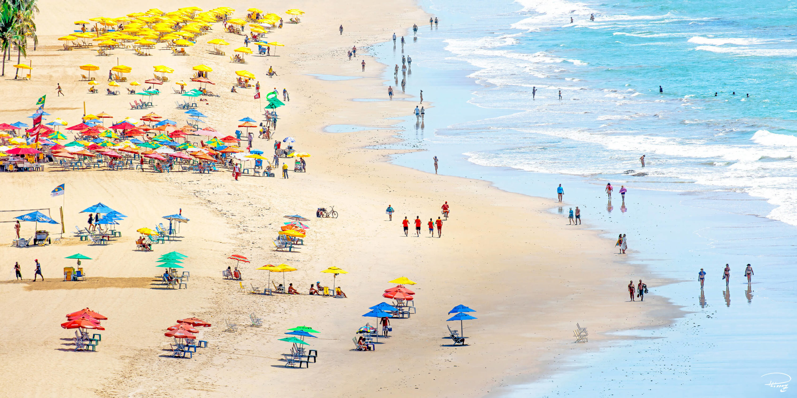 Une plage avec du monde