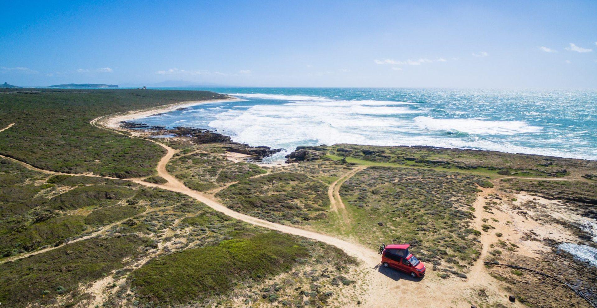 Les côtes avec la mer et un van sur la route